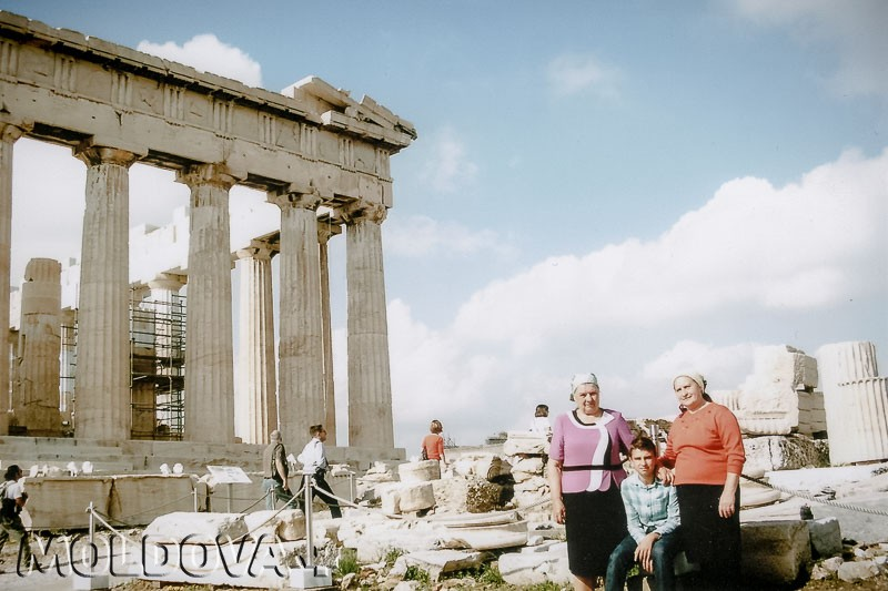 """Sorocencele Maria Ţapu şi Zinaida Mitrofan, împreună cu nepotul Cristi, în excursie la una dintre cele mai cunoscute atracţii turistice din Grecia — dealul Acropole. """"La anii mei şi cu pensia mea nu mai ajungeam pe aici, dar dacă a fost posibil cu paşaportul biometric — am venit"""", spune Maria Ţapu. / Foto din arhiva personală"""
