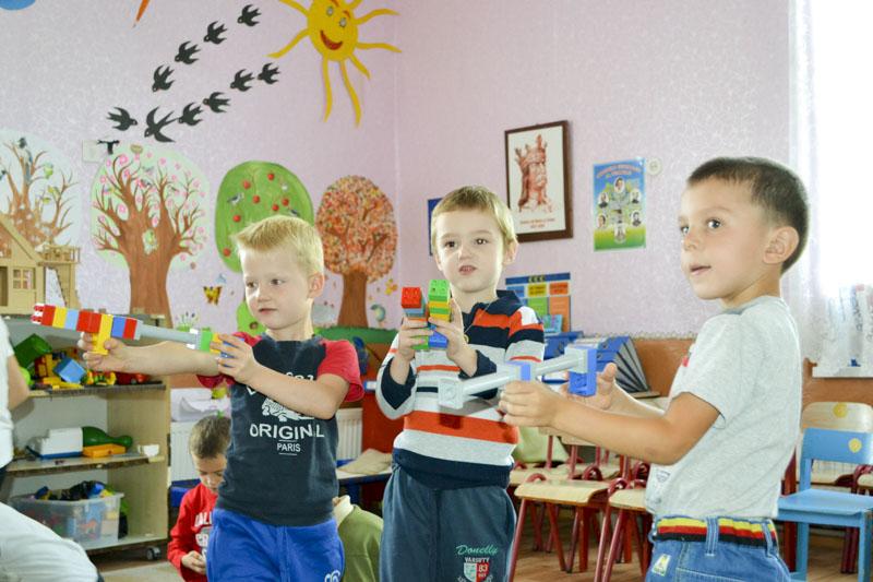 Micii locuitori ai satului Schineni, prinşi în activităţile d zi cu zi