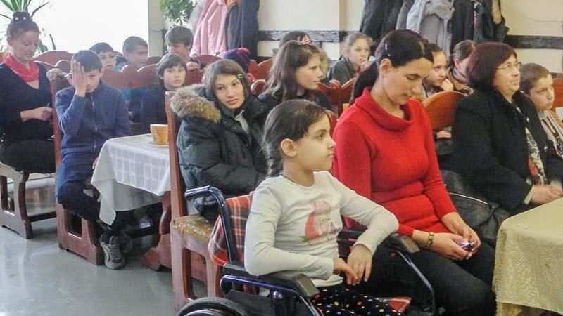 Magdalena şi Natalia Ciobanu, împreună cu alţi copii din Ialoveni, participă la o discuţie publică despre drepturile omului