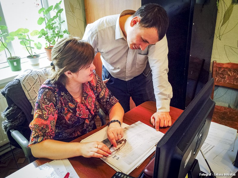 Constantin Vovcenco alături de șefa sa, Larisa Polița, discutând despre activitatea lucrătorului social