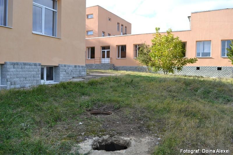"""În spatele liceului """"Ion Creangă"""""""