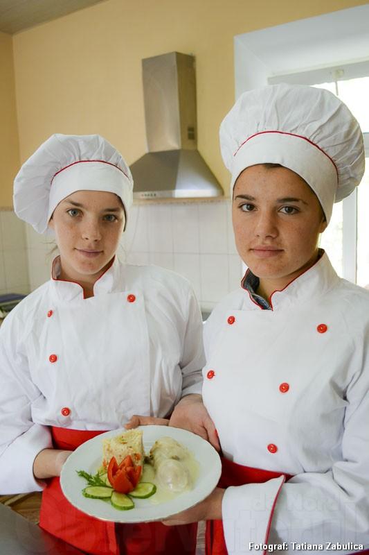 Au gătit cu drag Mihaela Patraşcu şi Maria Muntean, eleve în gr 23, anul II