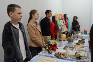Veaceslav, alături de alți elevi talentați la o expoziție