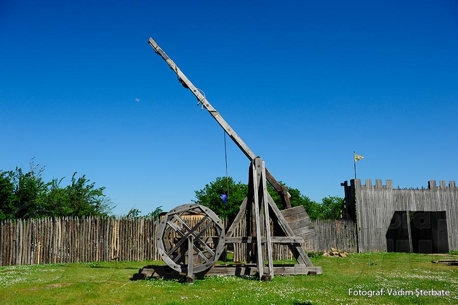 Catapulta este doar una dintre mașinăriile de război din fortăreață.