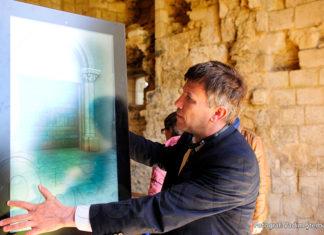 Ion Ștefăniță, directorul AIRM, manevrează ecranul masiv prin care invizibilul devine vizibil