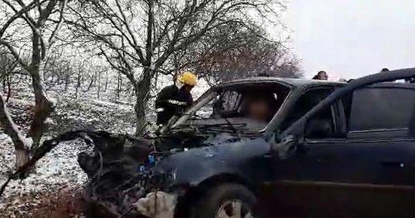 Un automobil de model Opel Vectra s-a ciocnit frontal cu o mașină de model Opel Vivaro