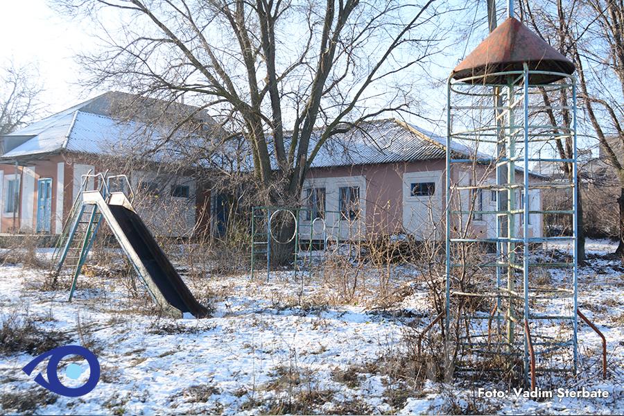 Grădinița din Dumbrăveni mai așteaptă copiii.