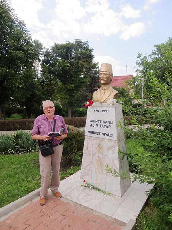 Profesorul Nuredin Ibram la monumentul lui Mehmet Niyazi (1878–1931), cel mai mare poet tătar din Dobrogea. Municipiul Medgidia, județul Constanța, România. Foto: Ion Valer Xenofontov