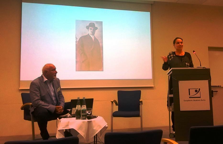 """Varujan Vosganian și fiica Armine prezintă fragmente din """"Cartea șoaptelor"""" la Academia Europeană din Berlin. Pe fundal: imagini din albumul familiei Vosganian. Foto: Lidia Prisac, 16 septembrie 2017."""