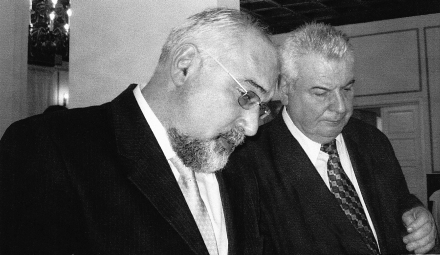 Scriitorul și politicianul Varujan Vosganian împreună cu academicianul Mihai Cimpoi. Arhiva privată Mihai Cimpoi. Muzeul Științei al AȘM. Fond foto. Cota arhivistică: 00438d.